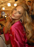 th_97287_fashiongallery_VSShow08_Backstage_AlessandraAmbrosio-24_122_980lo.jpg